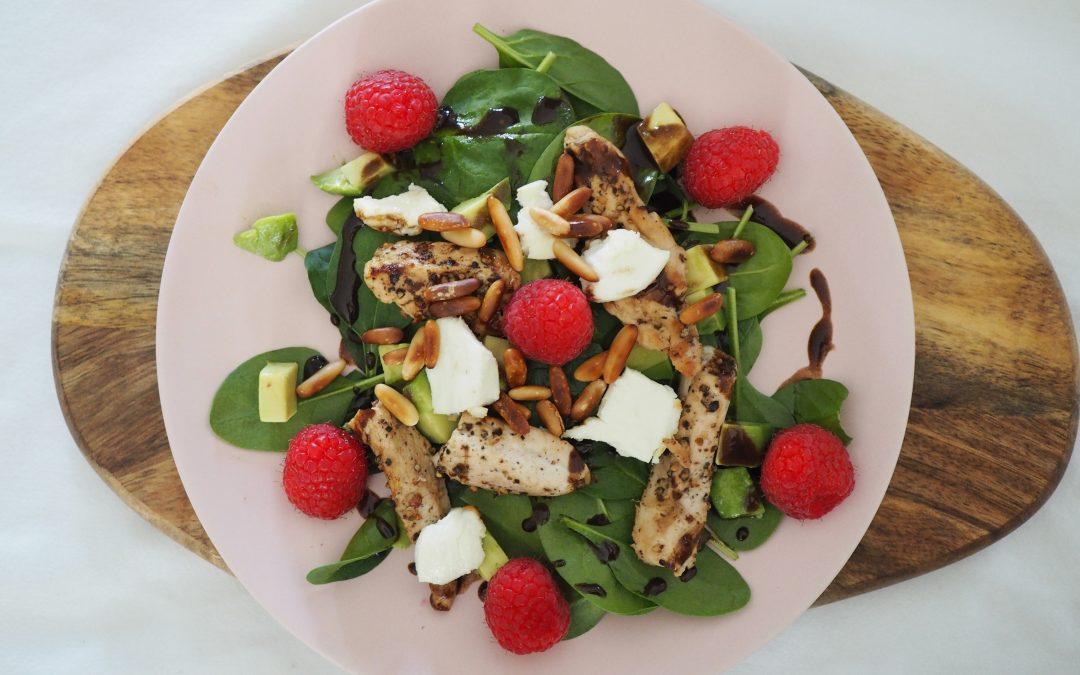 Deilig kyllingsalat med spinat, chévre og bringebær