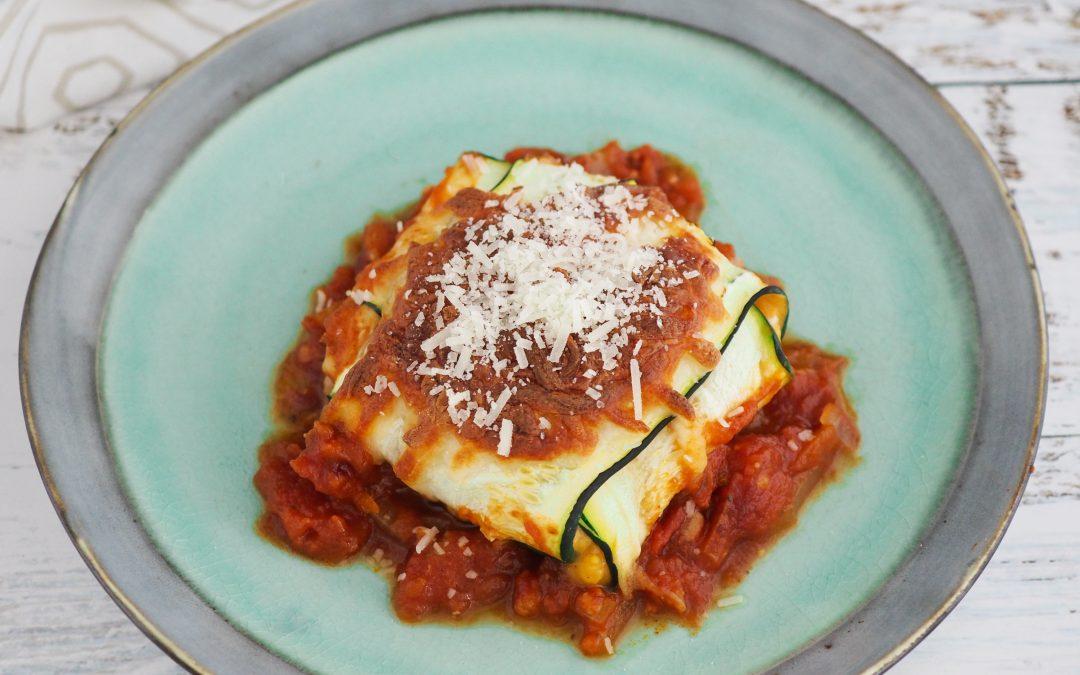 """Gratinert squash""""ravioli"""" med søtpotetpurée og tomatsaus"""