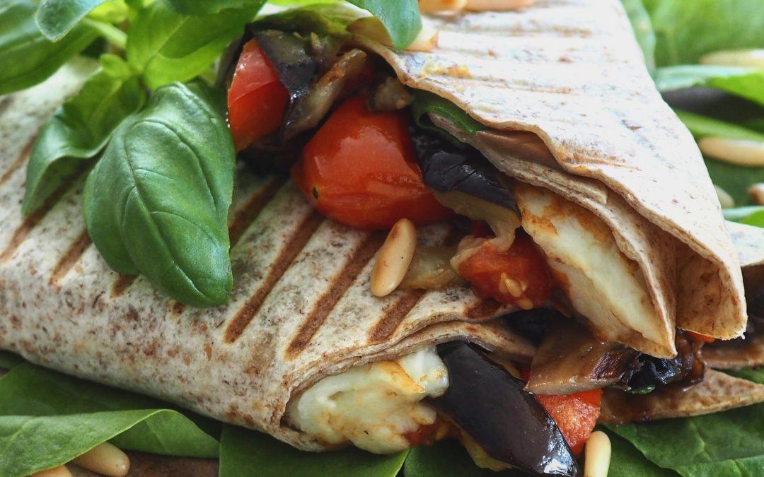 Wrap med bakte grønnsaker og grillet halloumi